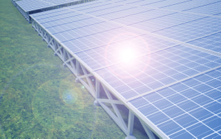 太陽光発電の初期費用は1kWあたり20万円台 |住宅用・事業用設備の相場と内訳を解説